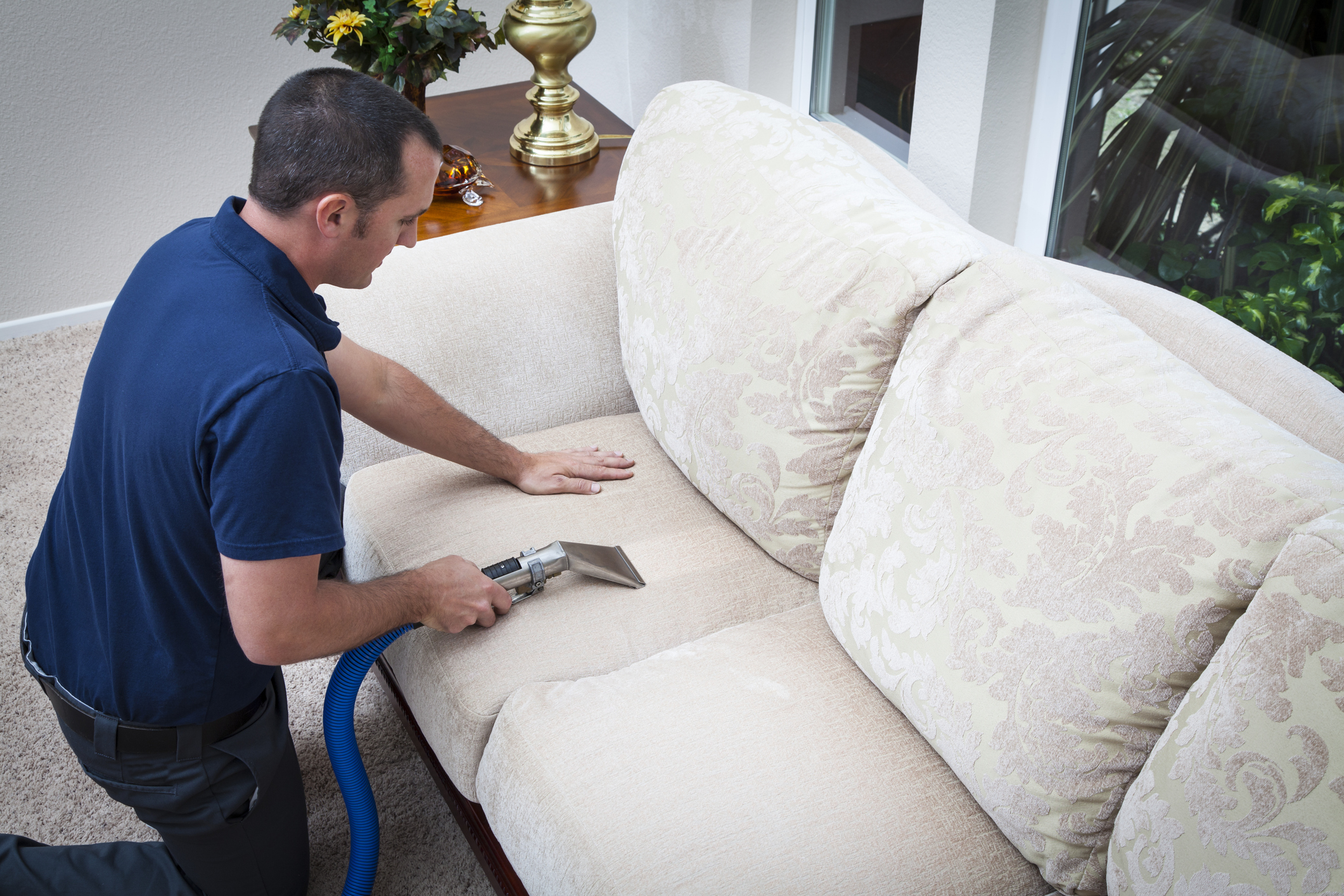 تمیز کردن و شستن انواع مختلف مبل رنگ روشن در منزل خانه