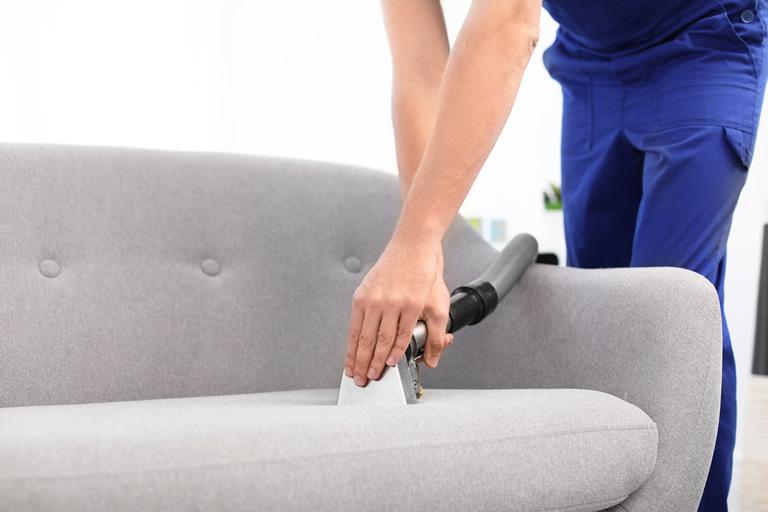 تمیز کردن و شستن انواع مختلف مبل راحتی پارچه ای چرم رنگ روشن طوسی
