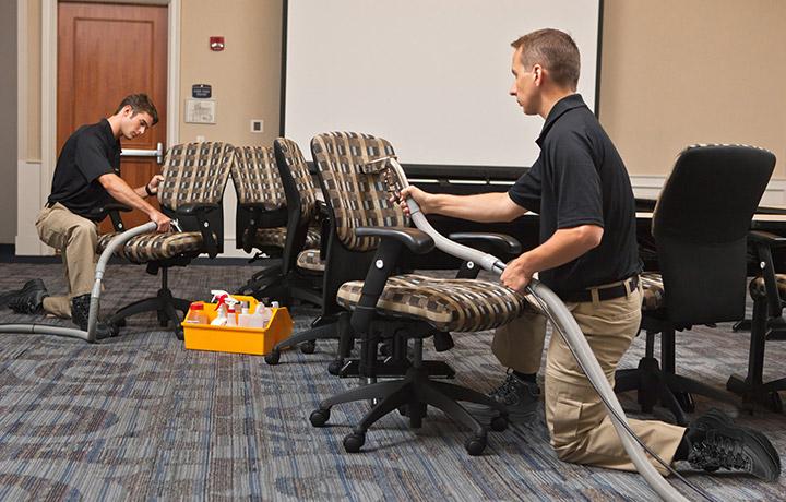 تمیز کردن و شستن انواع مختلف مبلمان اداری صندلی کامپیوتر رنگ روشن