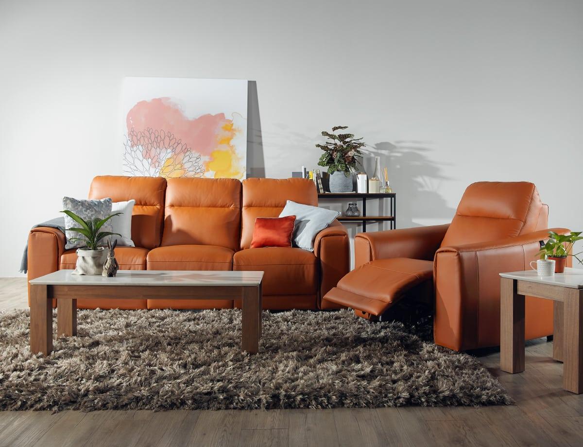 مبل راحتی مکانیزمی چرمی نارنجی میز جلومبلی چوبی گلدان روی میز