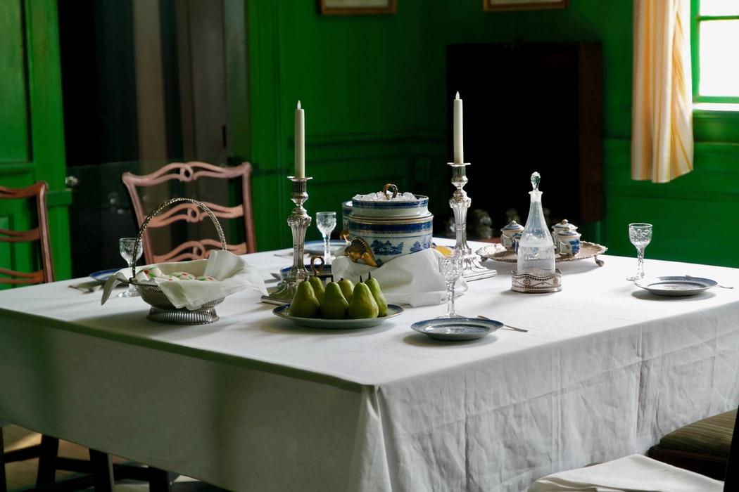 میز ناهار خوری چوبی آشپزخانه تزیین میز ناهار خوری شمع گل