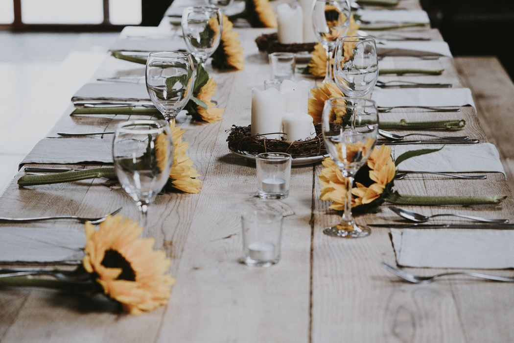 میز ناهار خوری چوبی آشپزخانه تزیین میز ناهار خوری با گل