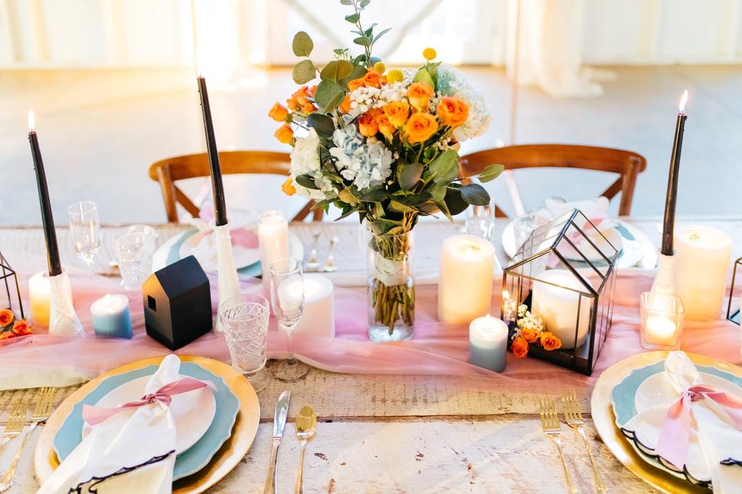 میز ناهار خوری چوبی آشپزخا شمع گلدان گل تزیین میز ناهار خوری