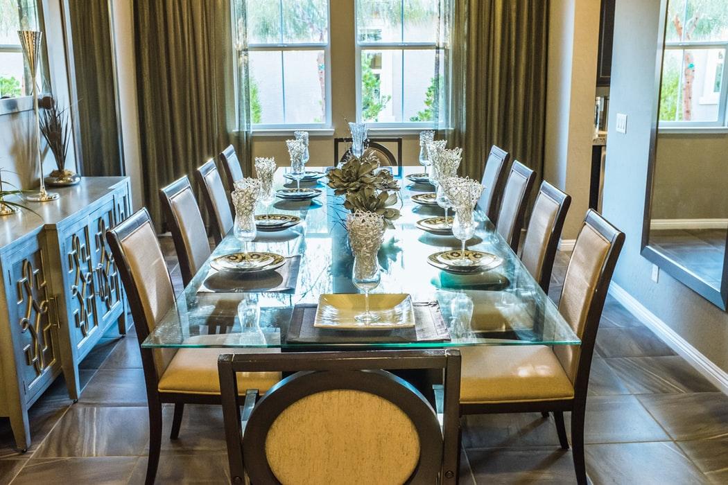 میز ناهار خوری چوبی شیشه ای صندلی با روکش چرم زرد