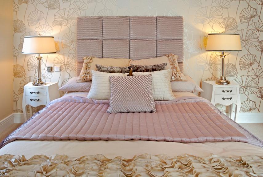تزئین دیوار بالای تخت خواب عروس