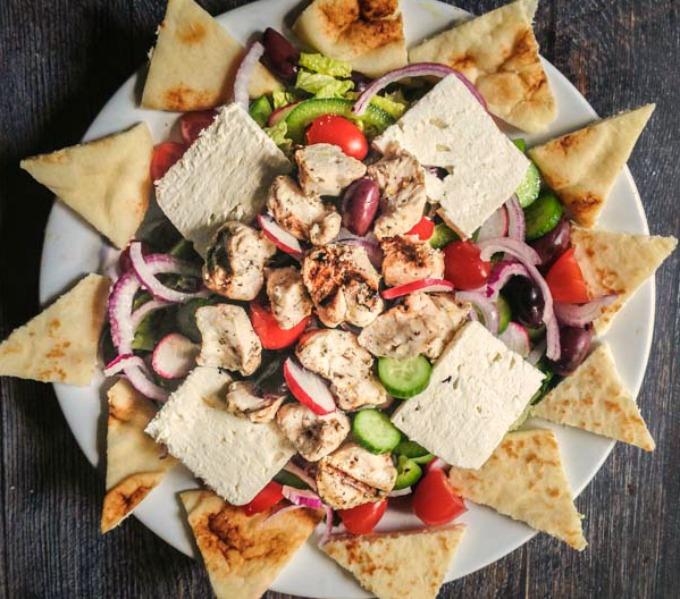 طرز تهیه سالاد مرغ یونانی با نان پیتا