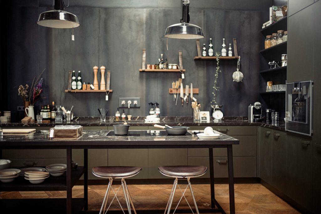 دکوراسیون آشپزخانه با رنگ های تیره و مدرن