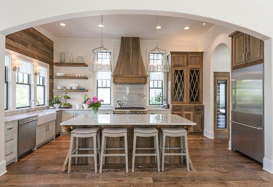 دکوراسیون آشپزخانه با تم چوبی و صندلی اوپن