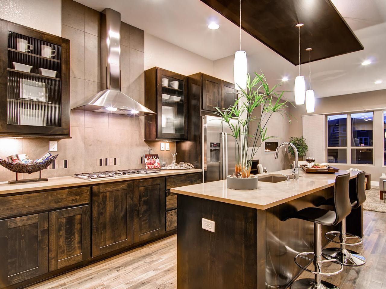 دکوراسیون آشپزخانه با تزیینات چوبی و گلدان