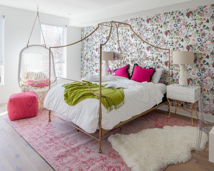 دکوراسیون اتاق خواب سفید و صورتی